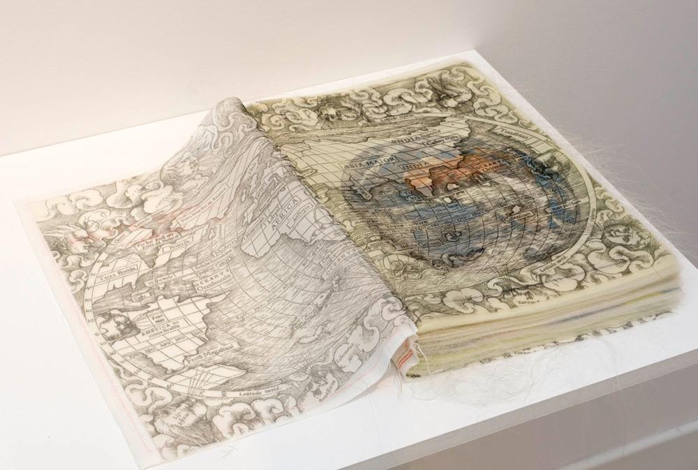 """Detalle de """"O GRANDE ATLAS DO MUNDO"""", libro de artista, impresión inkjet sobre tela de lino y organza y encuadernado, 5x36x27 cm. Nuno Henrique, 2014"""