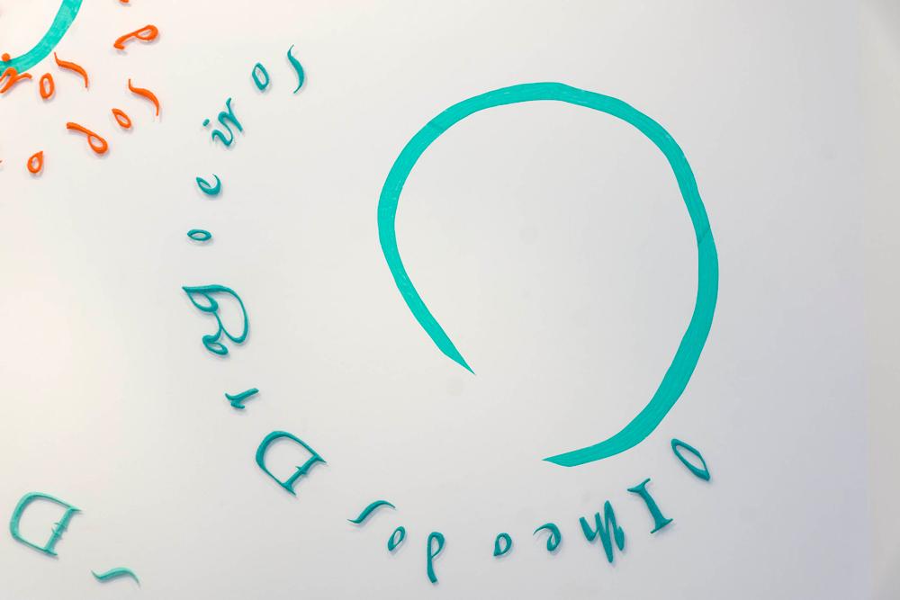 """Instalación """"Sin título"""", serie O GRANDE ATLAS DO MUNDO. Pasta de papel modelado con molde de piedra y espuma de poliuretano más papel japonés tintado y encolado sobre pared, 157x156 cm. Nuno Henrique, 2014"""
