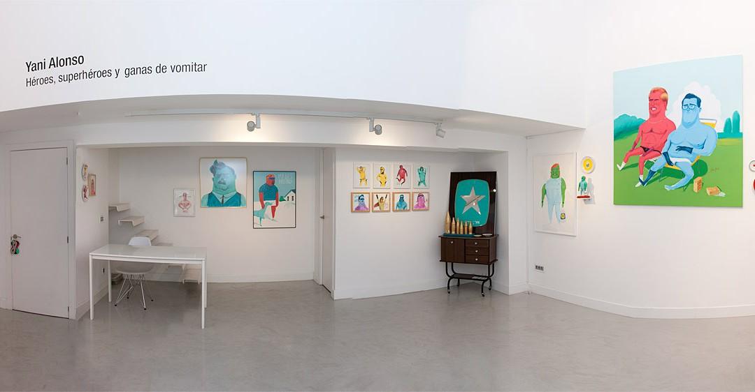"""Vista panorámica de la sala en """"Héroes superhéroes y ganas de vomitar"""". Yani Alonso en Twin Gallery, 2013"""