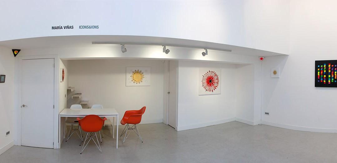 """Vista panorámica de la sala en """"ICONS&IONS"""". María Viñas, 2013"""