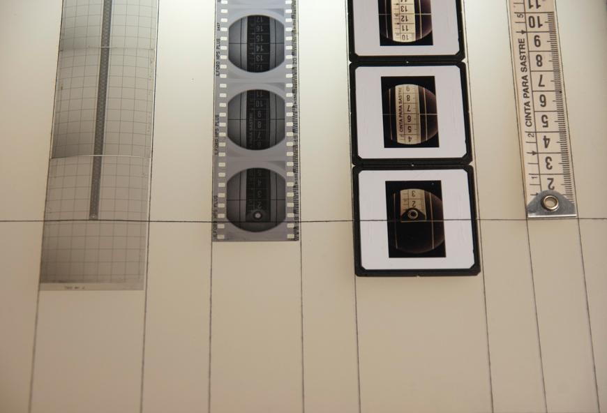 """Detalle de """"De la medida de las luces a la luz como medida"""", técnica mixta: negativos, metro, madera, cristal y fluorescentes, 125x100x30 cm. Salim Malla, 2012"""