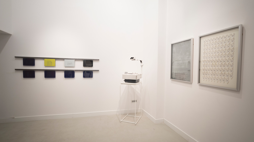 """Vista de la sala en """"Corriente alterna"""": Serie """"Transformadores"""", """"Recogida de firmas"""" y """"Vuelva usted mañana"""", Gema Rupérez, 2015"""