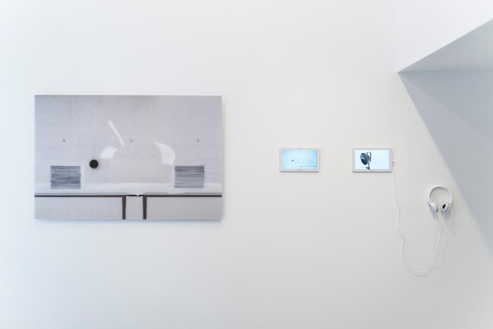 """Fotografía """"In albis"""", impresión inkjet, tintas pigmentadas, soporte Epson doubleweight matte trasmetacrilato sobre dibond, 80x120 cm. """"In albis"""", vídeo (serie Conversaciones), 10' 14'', y """"Lapsus línguae"""", vídeo (serie Conversaciones), 0' 39''. Gema Rupérez, 2015"""