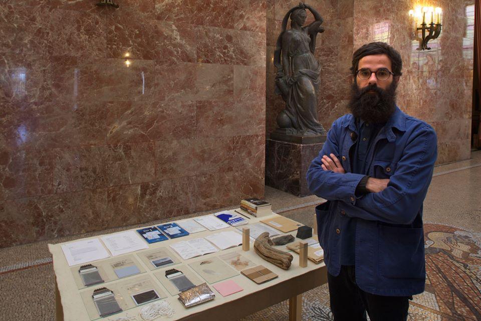 """Tito Pérez Mora junto a su obra """"#0"""", instalación: técnica mixta, 75x100x150 cm. 2015"""