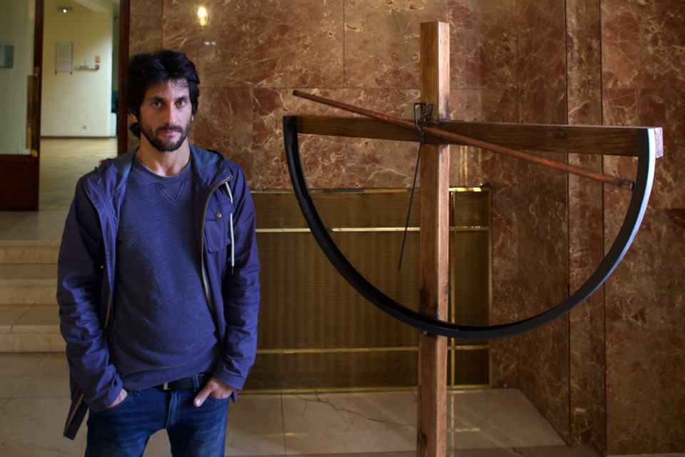 """Salim Malla junto a su obra """"Imagine"""", madera, acero inoxidable, circuito de agua, 180x122x30 cm. 2015"""