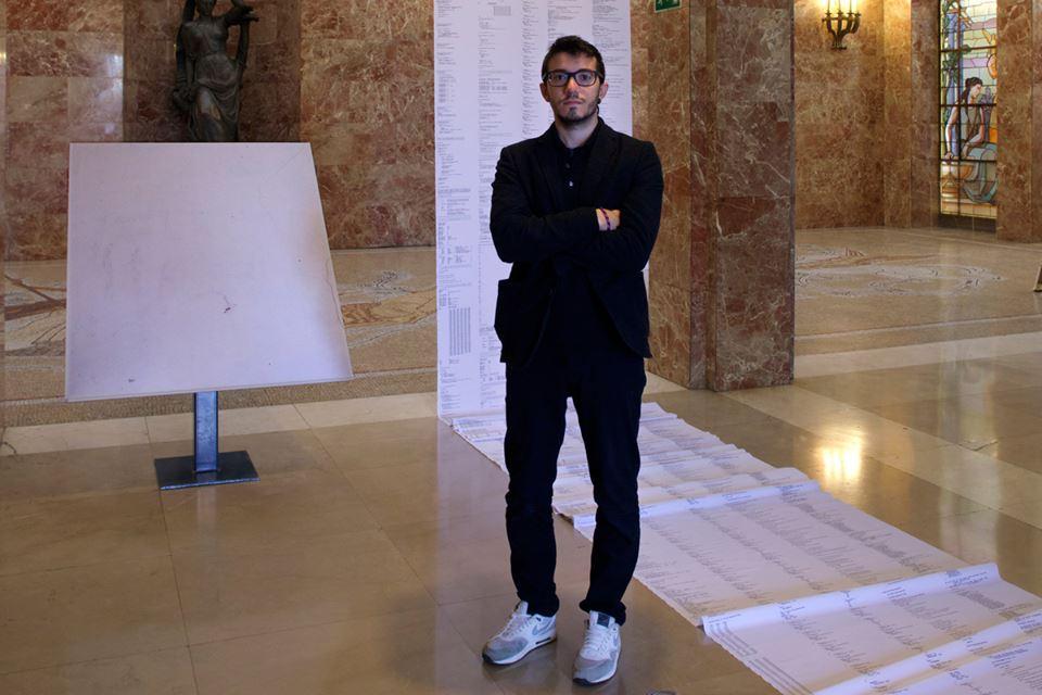 """Manuel Franquelo Giner junto a su obra """"Un miligramo"""", impresión inkjet sobre papel canson montado en panel de aluminio, más impresión inkjet sobre tela mate, medidas variables, 2015"""