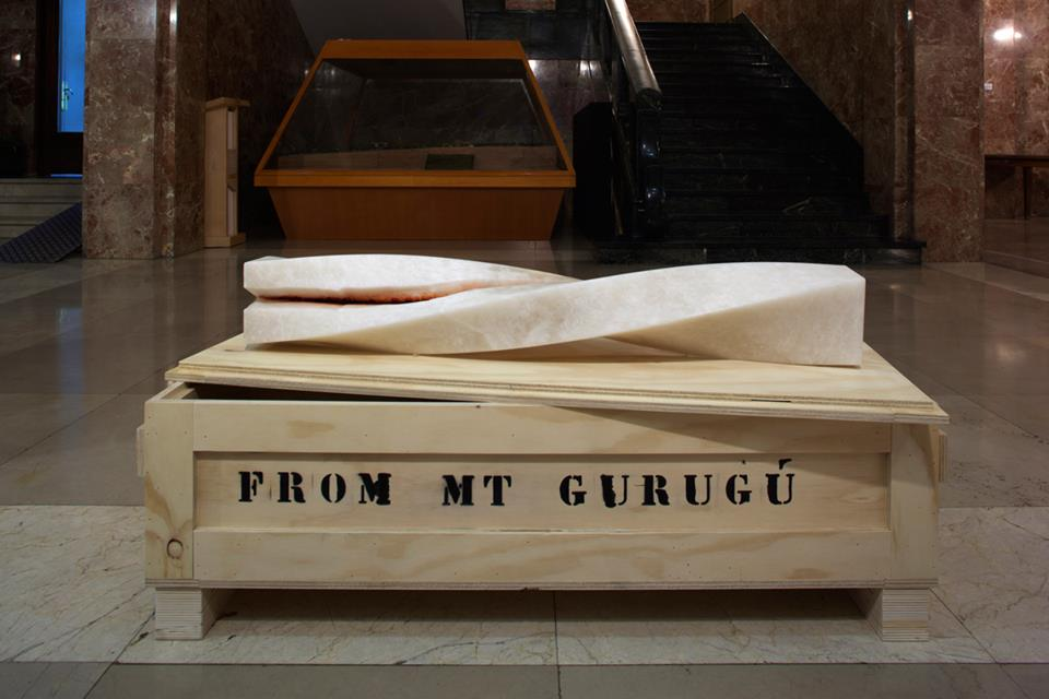 """""""Twisted Gurugú"""", alabastro blanco translúcido, sangre y caja, 55x133x41 cm. Manuel Franquelo Giner, 2015"""