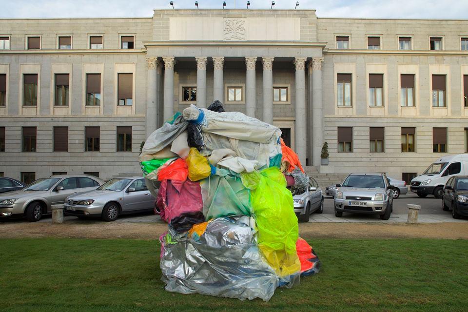 """""""Rock me baby, Maputo"""", estructura de aluminio, vinilo, pvc, polietileno y esmalte en spray, 270x180x180 cm. Javier Chozas, 2015"""