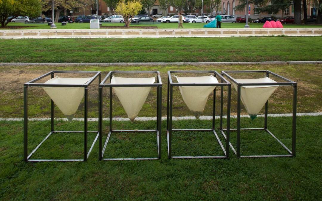 """""""Arco iris precipitado"""", cuatro cubos de metal con cuatro filtros de lona, materiales: azufre, azurita, sal y oro, medidas variables. Iván Cantos, 2015"""