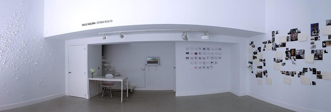 """Vista panorámica de la sala  en la exposición de Valle Galera """"Estaba oculto"""": instalación, fotografía, vídeo, impresión en tela y papel, 2016"""