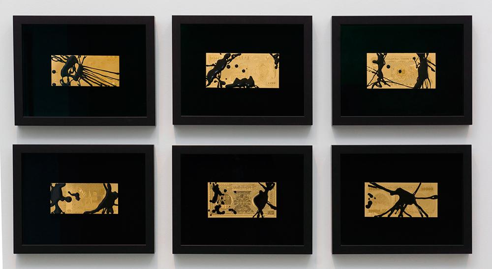 """""""El mapa no es el territorio"""", reproducción de billete de oro de 24 K y resina de poliéster. Marco negro y cristal de museo, 22x30 cm c/u. Avelino Sala, 2016"""