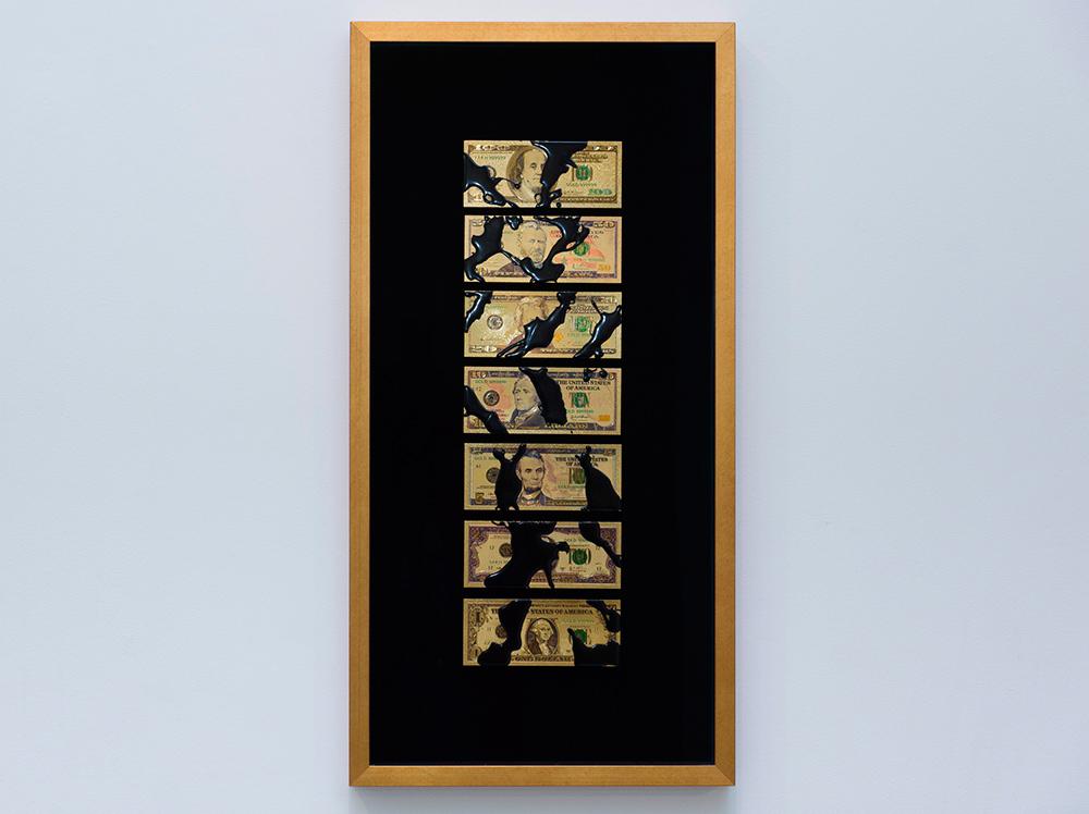 """Serie """"Dinero negro $"""", reproducción de billetes de dólar policromados con baño de oro de 24 K. Caja con marco de pan de oro y cristal de museo, 75x40x5 cm. Avelino Sala, 2016"""