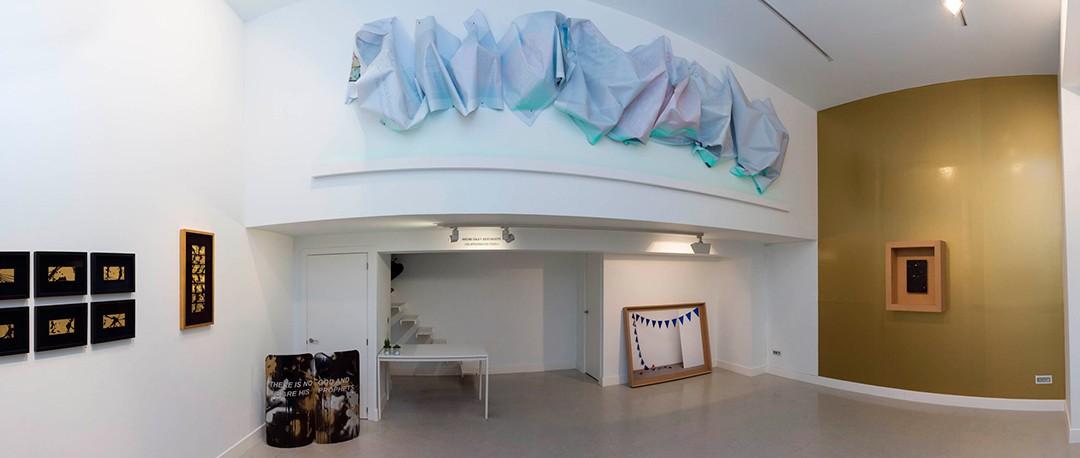 """Vista panorámica de la sala en """"Una aproximación posible"""", Avelino Sala y Julio Galeote. Comisaria: Semíramis González"""
