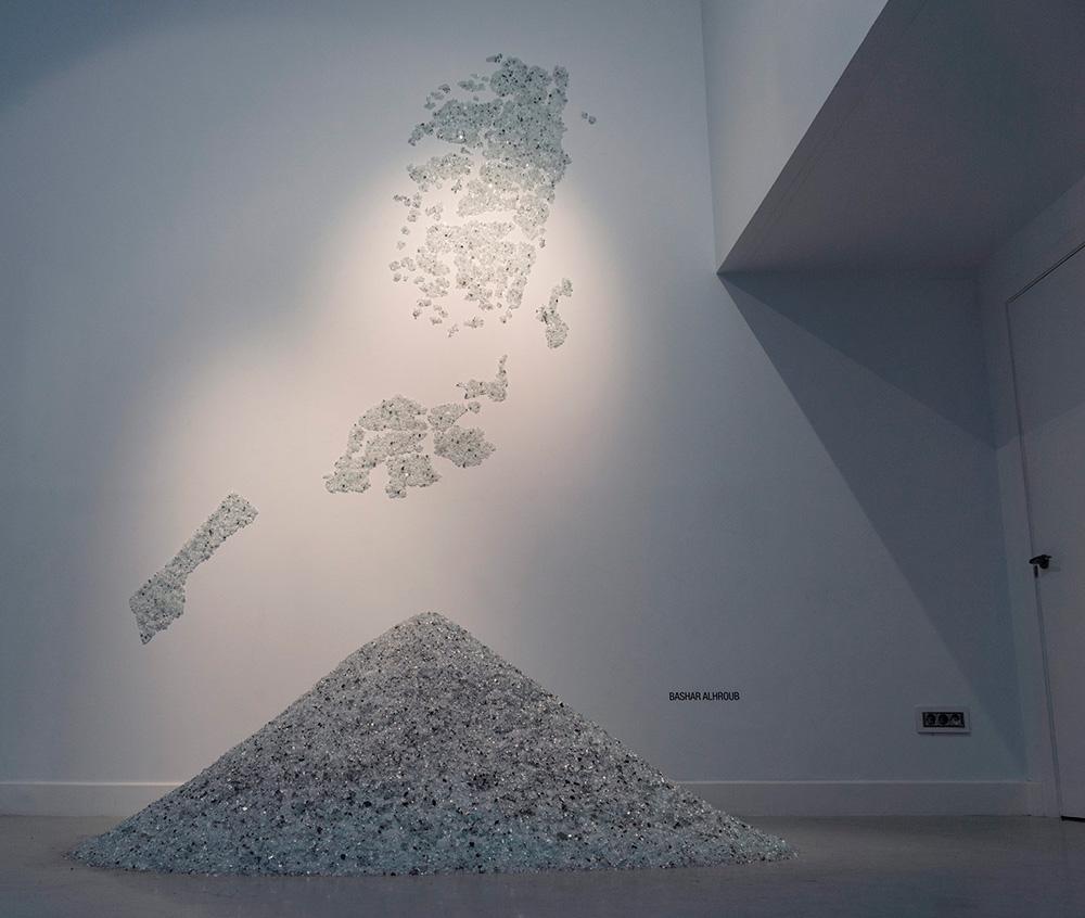 """The land of diamond "", instalación, vidrio, medidas variables. Bashar Alhroub, 2014"