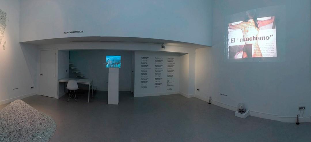 """Vista panorámica de la sala en la exposición """"Polvo en nuestros ojos"""": Bashar Alhroub, Ali Cherri, Regina José Galindo y Luz María Sánchez"""