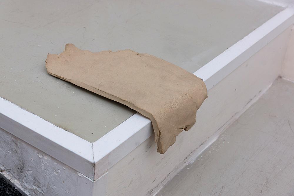 """Detalle instalación """"Gentle bread"""", cerámica, bolsa de plástico y papel. Ariadna Guiteras, 2016"""
