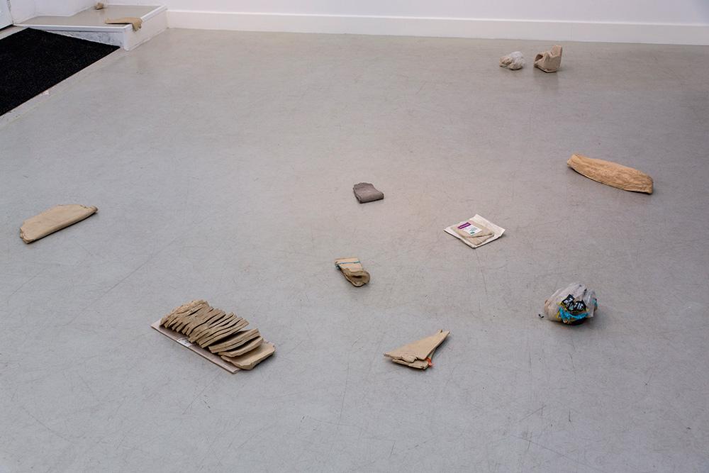 """Instalación de AriadnaGuiteras """"Gentle Bread"""", cerámica, bolsas de plástico y papel, medidas variables, 2016"""